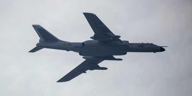 北京上空を飛行する中国のH-6爆撃機。