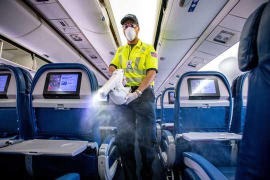 機内を清掃する職員