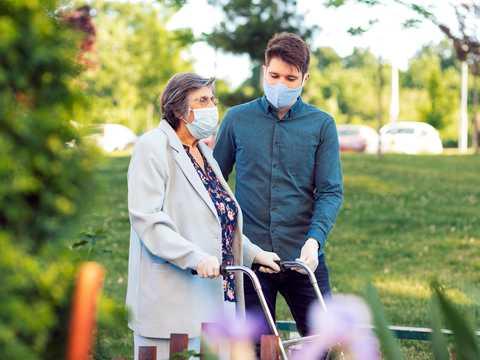 老人のサポートをする若者