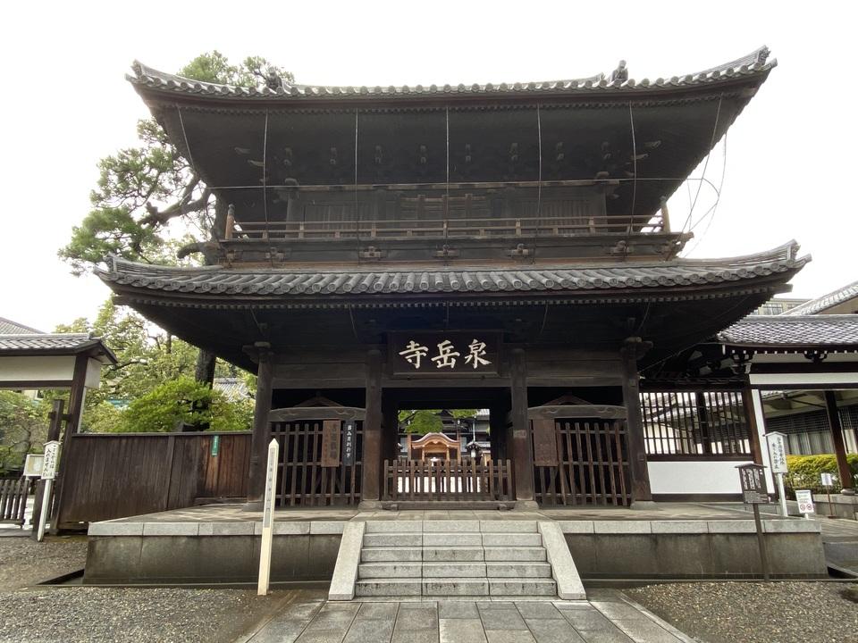 『忠臣蔵』の聖地として知られる港区・泉岳寺の山門。都会とは思えない静寂に包まれている。境内には赤穂四十七士と浅野内匠頭らが眠る