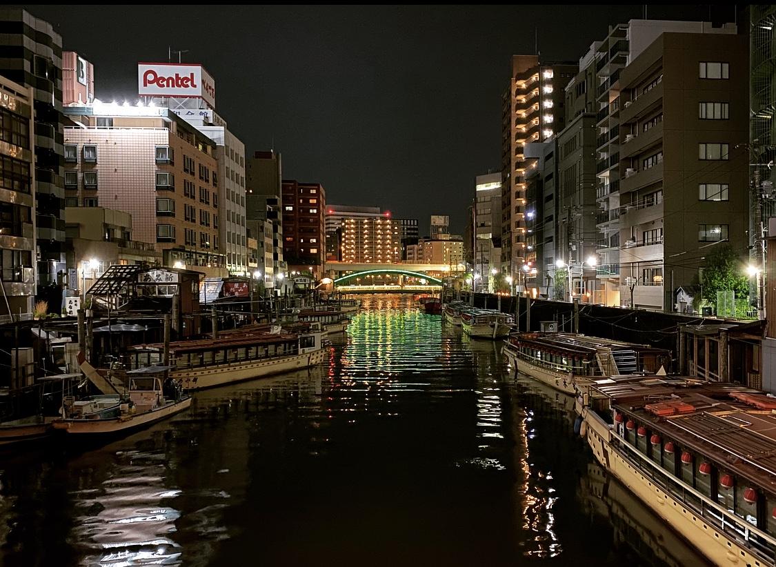 """神田川にかかる浅草橋から、ライトアップされた柳橋を望む。柳橋は神田川の""""出口""""にあたり、隅田川との結節点。付近には屋形船の船宿がある。"""