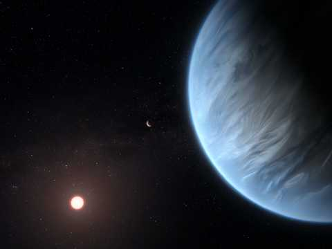 太陽系外惑星K2-18b(右)、その主星である赤色矮星K2-18(左)、K2-18を公転する別の惑星K2-18c(中央)の想像図。K2-18bは、生命活動の維持に関わる水と気温を備えるスーパーアースだ。
