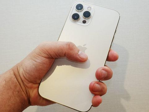 iPhone 12 Pro Maxを握っている