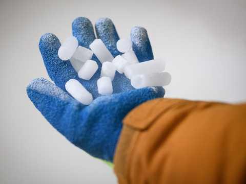 ファイザーとバイオンテックのワクチンは極低温で輸送する必要がある。