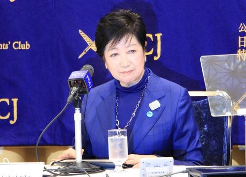 記者会見する小池百合子知事。(2020年11月24日、日本外国特派員協会)