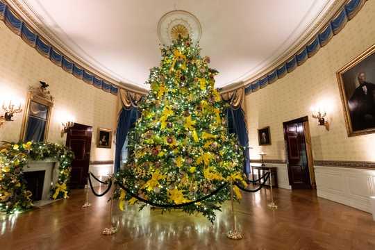 クリスマスシーズンの飾りつけが施されたホワイトハウスのブルールーム。