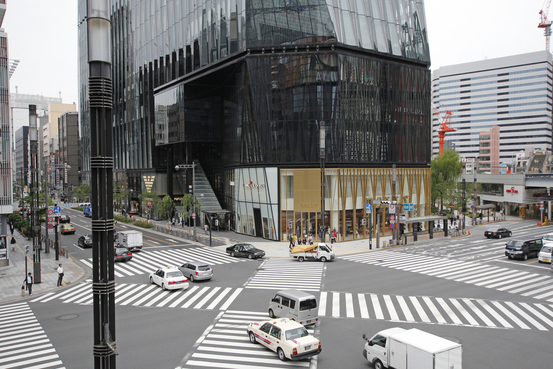 数寄屋橋阪急の跡地には複合商業施設「東急プラザ銀座」が立つ。北海道の人気回転寿司店「根室花まる」などが入居する。