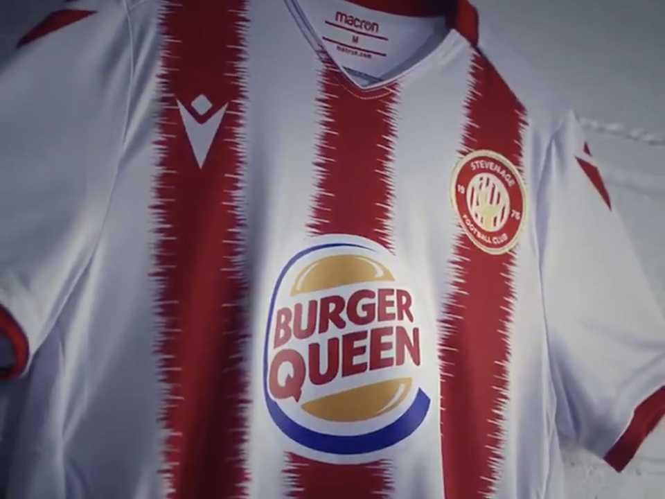 「バーガークイーン」のロゴが描かれたスティヴネイジFC女子チームのユニフォーム。