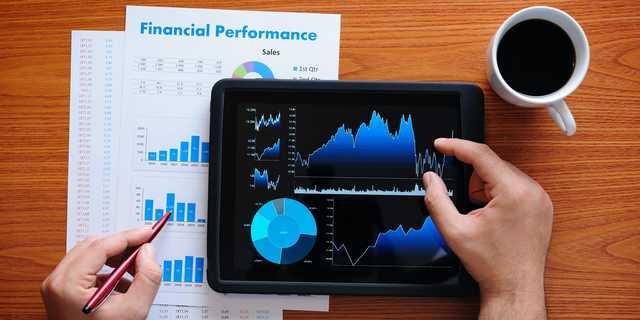 ある銘柄の株価収益率(PER)から、その会社の株価が他社と比べて割高か、それとも割安かを判断できる。また、同じ会社の過去の株価との比較も可能だ。