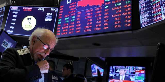 ニューヨーク証券取引所で働くトレーダー。