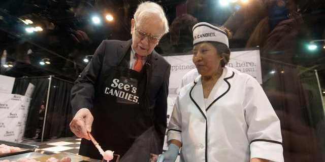 ウォーレン・バフェット(左)とシーズ・キャンディーズの従業員(右)