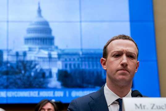 フェイスブックのマーク・ザッカーバーグCEO。2018年4月11日の下院エネルギー・商業委員会の公聴会で。