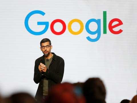 サンフランシスコでグーグルの新ハードウェアについて発表するサンダー・ピチャイCEO。