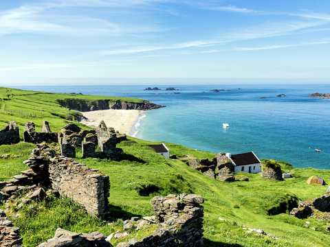 この島は、野生動物とアイルランド文学とのつながりでよく知られている。
