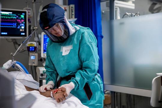 ノルウェーのオスロ大学病院の集中治療室でCOVID-19患者の治療を行う医療従事者。2020年12月27日。