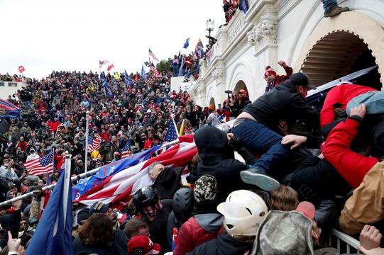トランプ支持者たちが米連邦議会の議事堂を襲撃する様子。