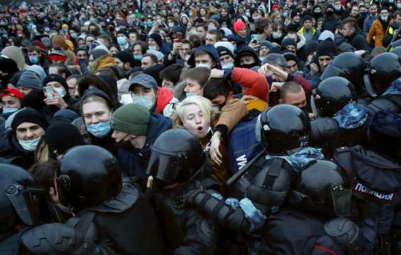 野党指導者ナワリヌイ氏が拘束されたことに抗議する人々が警察と衝突。2021年1月23日、ロシア・サンクトペテルブルク。