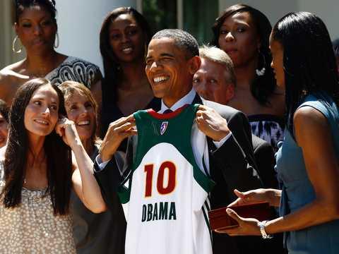 2010年のWNBAチャンピオン、シアトル・ストームをホワイトハウスに迎えたバラクオバマ大統領。