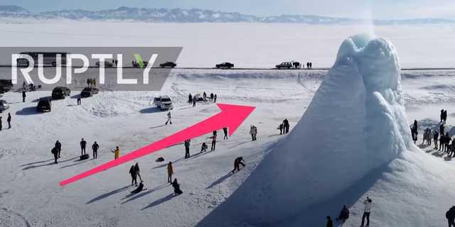 カザフスタンのアルマトイに出現した「氷の火山」に集まる人々。