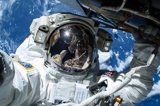 宇宙遊泳する宇宙飛行士