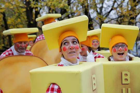 ニューヨークのマンハッタンで行われた第90回メイシーズ・サンクスギビング・デー・パレードの開始を待つ、バターのかたまりに扮したピエロたち。