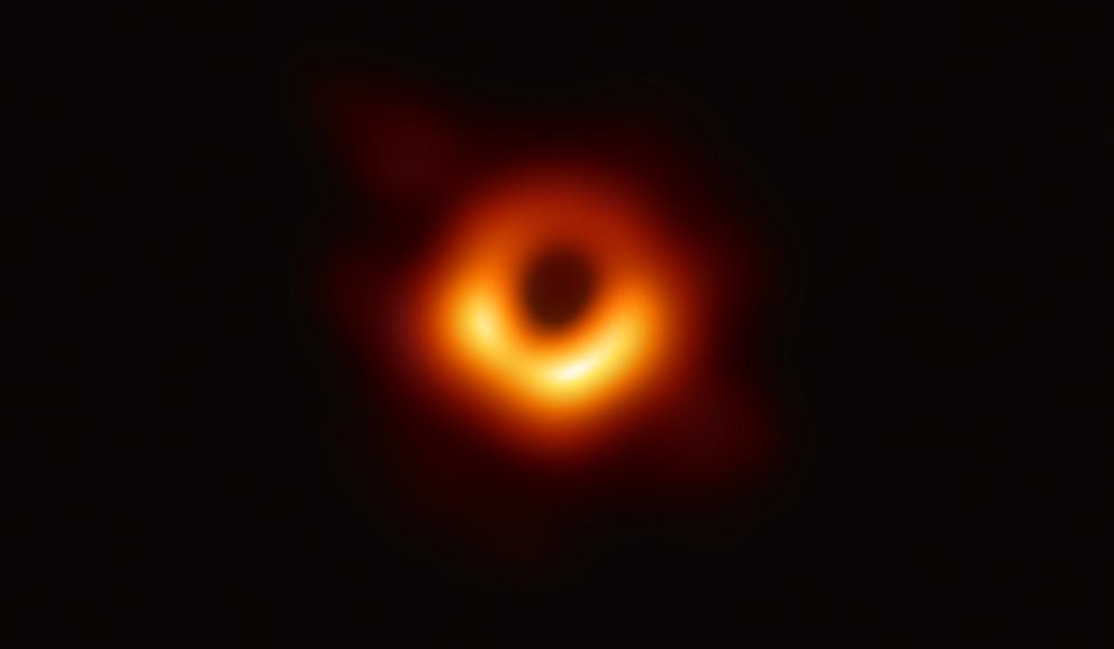 EHTによって観測されたのは、巨大楕円銀河「M87」の画像。