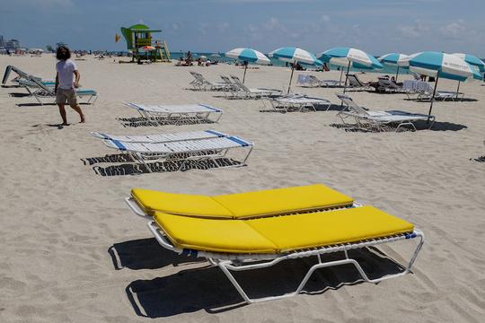 フロリダ州マイアミビーチでは、コロナウイルス感染拡大を防ぐため、ビーチを制限付きで再開した。2020年6月10日。