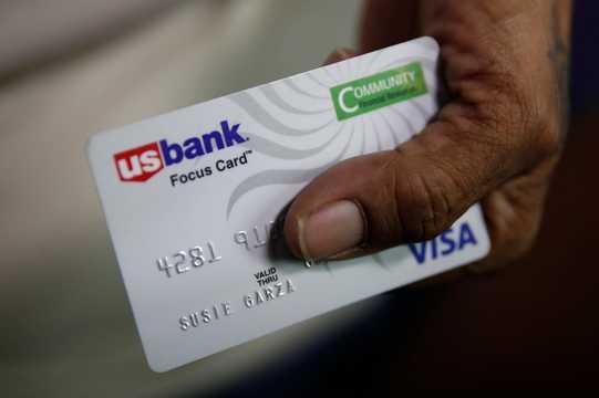 カリフォルニア州ストックトンのベーシックインカム受給者は、デビットカード口座で毎月の給付金を受け取っていた。