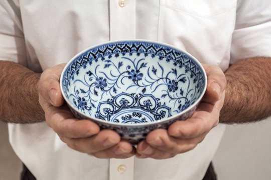 35ドルで購入した「蓮子碗」に、最大50万ドルの価値があることが判明した。2021年3月2日、ニューヨークのサザビーズで撮影。