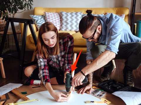 家具を組み立てる男女