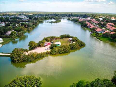 フロリダ州サラソータにあるシェルメイト島は、ティム・デイビッドソンにとって、広さ1.5エーカー(約6070平方メートル)の「わが家」だ。