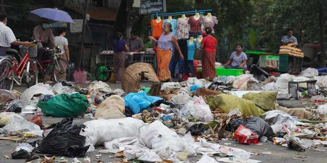 ゴミでいっぱいの道