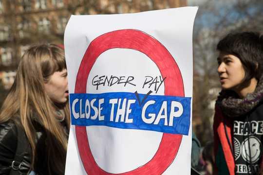 2018年の国際女性デーのデモのために、ロンドンのラッセル・スクウェアに集まった女性。