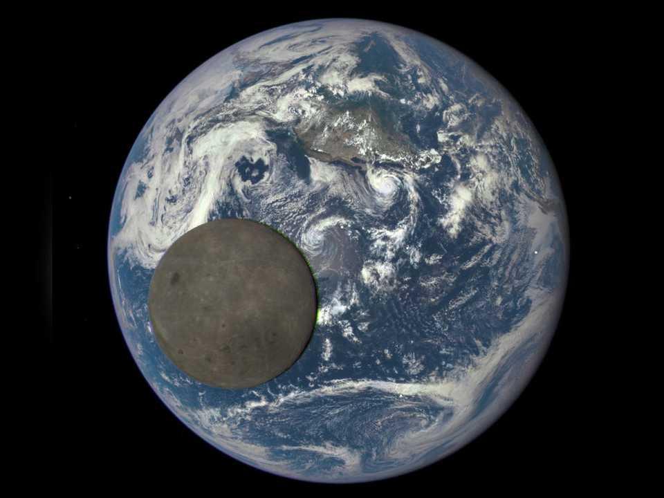 人工衛星「DSCOVR」が捉えた地球の前を通過する月の姿。