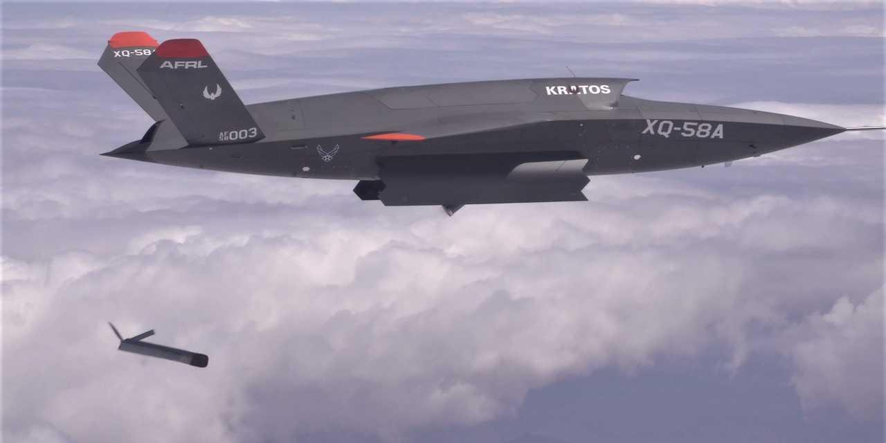 2021年3月26日、アリゾナ州にあるアメリカ陸軍ユマ性能試験場で、小型ドローンALTIUS-600の分離を行うXQ-58A ヴァルキリー。
