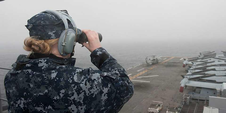 アメリカ海軍の艦艇に群がったドローン軍団、未だに正体不明
