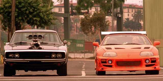 2001年の第1作『ワイルド・スピード』のクライマックスで、公道レースに臨むドミニクとブライアン。シリーズの発展につれ、劇中で登場する車もどんどん派手に、高価になっていった。