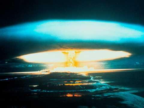 1954年3月1日、ビキニ環礁で150メガトン級の水素爆弾の爆発実験が行われた。