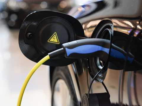 電気自動車の充電。