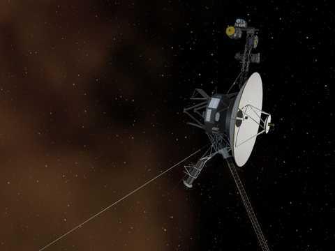 宇宙空間を移動するNASAのボイジャー1号の想像図。