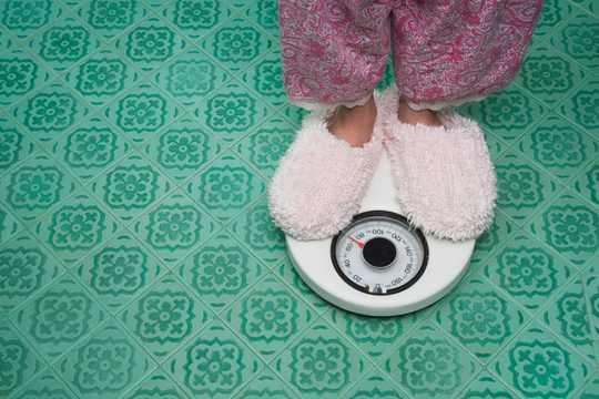 体重測定時に身につけているスリッパや衣服も、計測値に影響を及ぼす要素だ。
