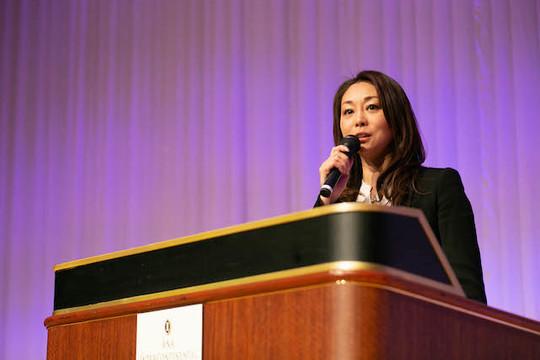 女性国際デーのイベントで、アクセンチュアが行うダイバーシティ推進や、男女に限らない「Equality(イクオリティ)」の必要性についてスピーチする堀江さん。