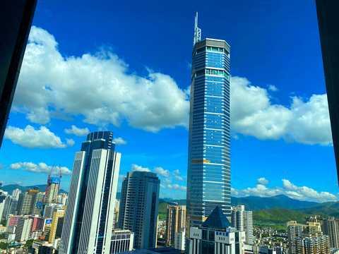 中国・広東省の深センにある高さ355.8mのSEGプラザ。 2020年6月19日。