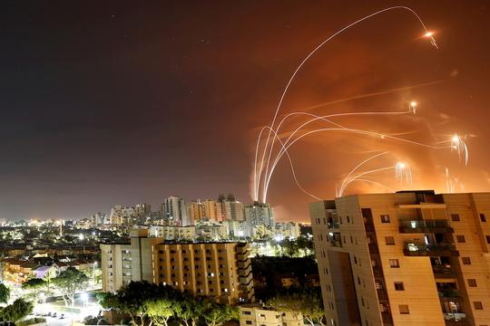ロケット弾を迎撃するアイアンドーム。2021年5月12日。