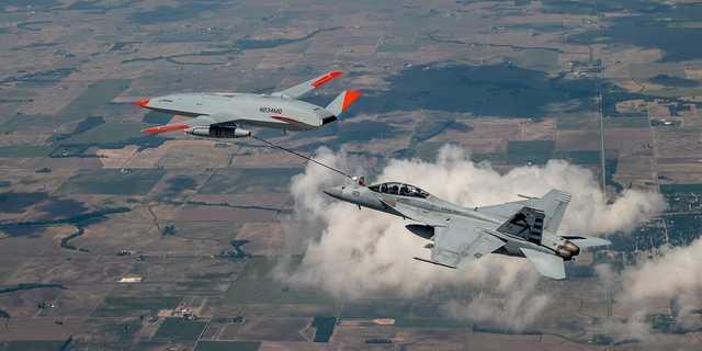 戦闘機F/A-18F(右)に空中給油する無人空中給油機MQ-25。