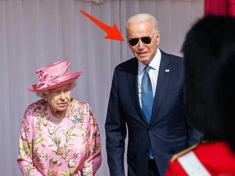 バイデン大統領は、イギリスのエリザベス女王との面会時に王室の儀礼を破った可能性がある。