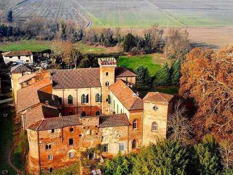 12世紀に建てられたイタリアの城「カステッロ・サンナッツァーロ」は、28世代にわたってルドヴィカ・サンナッツァーロの一族に受け継がれてきた。