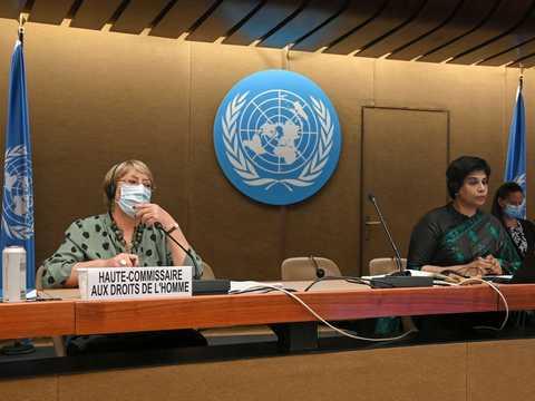 スイスのジュネーブで開催されている国連人権理事会の会合に出席したミシェル・バチェレ国連人権高等弁務官(左)とナザト・シャミーム・カン人権理事会議長(右)。