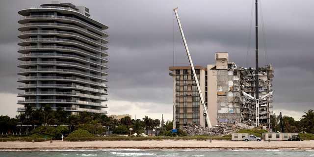 一部が崩壊したコンドミニアム「Champlain Towers South」は高層ビル「Eighty Seven Park」の隣にある。