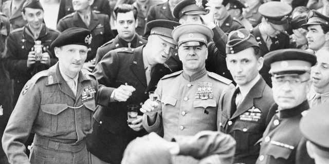1945年6月10日、乾杯に臨む英陸軍元帥バーナード・モントゴメリー、米陸軍元帥ドワイト・アイゼンハワー、ソ連邦元帥ゲオルギー・ジューコフ(写真左から)。